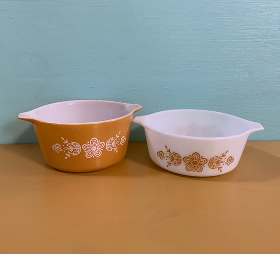 Vintage 1960s - set of 2 white & orange Pyrex serving / mixing bowls - floral design - kitchen dining serving home decor - style 472 and 473