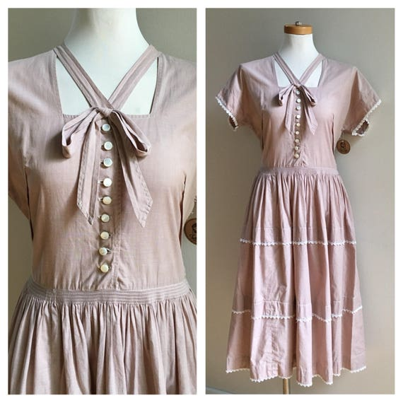 Vintage 1950s - light brown short sleeve tiered cotton day dress / sundress - button front - bow detail - M / L - 36 - 38 bust - 30 waist