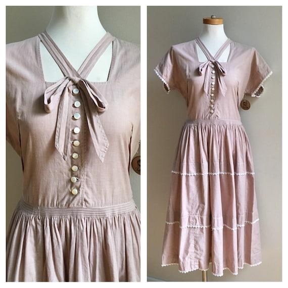 Vintage 1950s - light brown short sleeve tiered cotton day dress / sundress - button front - bow detail - M / L - 36 - 38 bust - 30 waist