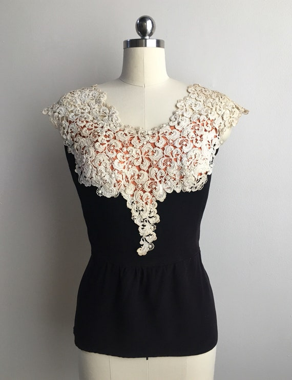 Vintage 1940s - women's glam pin up white orange & black cap sleeve peplum top / blouse - white lace collar - M / L - 36 bust 32 waist