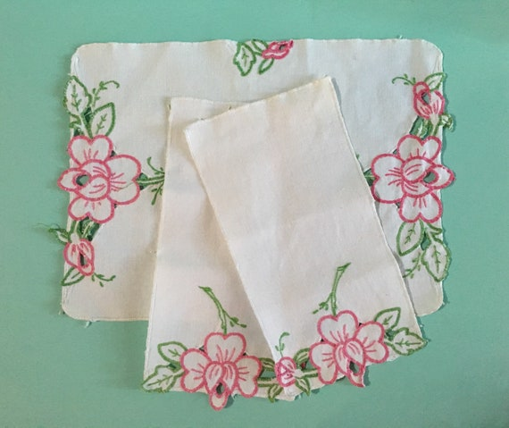 1950s - set of white cotton linen tea table setting w/ napkins & place mat - pink roses embroidery