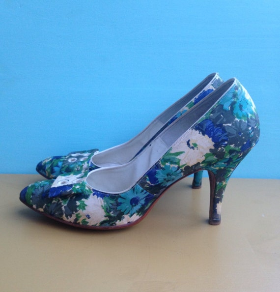 1960s - women's blue & green pointy toe daisies floral print high heels / pumps - bow detail - size 8