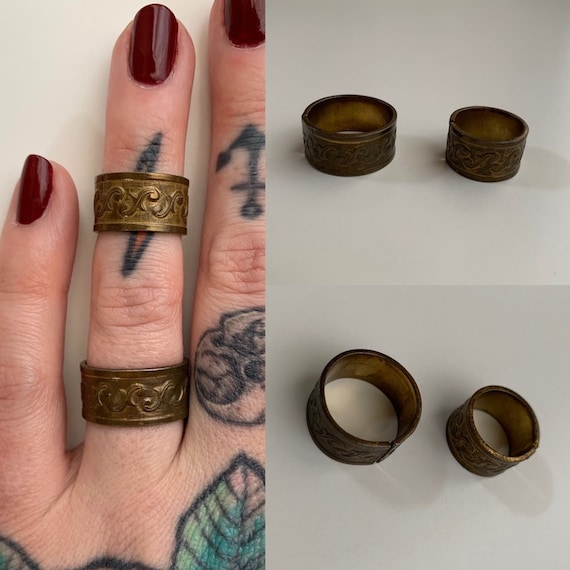 1960s / 1970s - set of 2 metal stackable rings - floral detail - adjustable