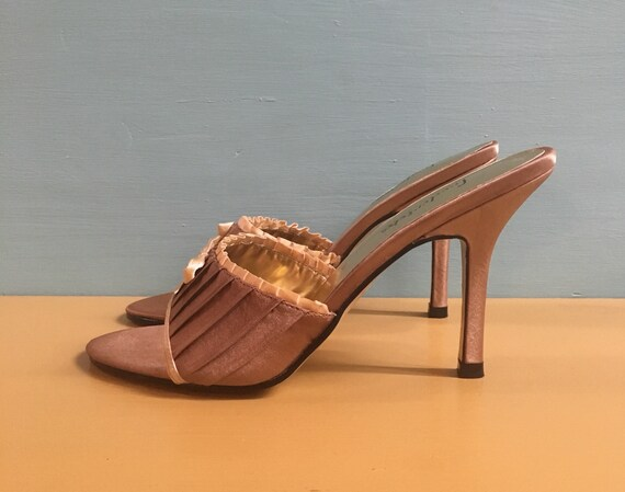 Vintage 1990s does 1950s - rockabilly pin up women's gold satin Frederick's of Hollywood peep toe slip on heels / pumps - bow detail - 6 US