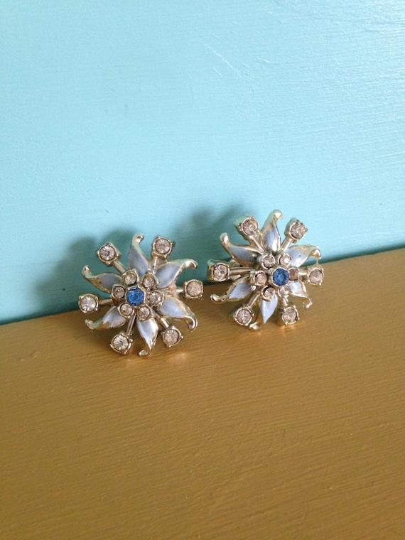 Vintage 1960s - midcentury Mad Men-style silver tone metal screw back blue flower rhinestone earrings