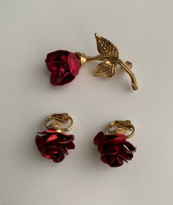 1980s / 1990s - red metal roses & gold tone metal matching clip on earrings and brooch pin jewelry set