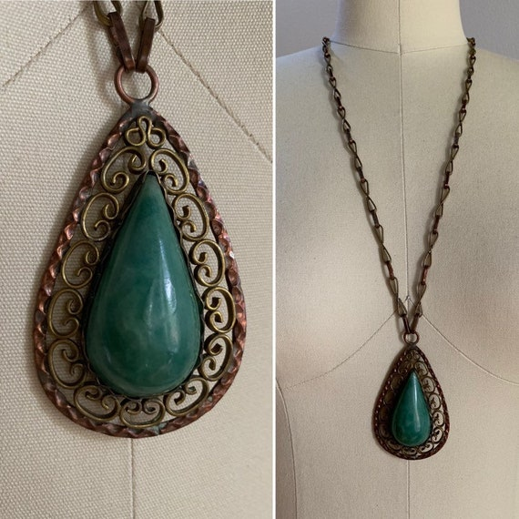 1960s / 1970s - large teardrop jade pendant necklace with long gold metal cable chain - jewelry / accessories