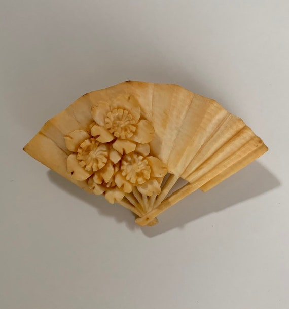 Vintage 1930s - white creme folding hand fan celluloid brooch pin - floral detail - accessories