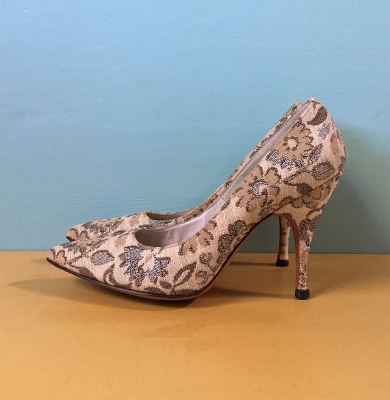 Vintage 1950s / 1960s Mad Men style tan canvas floral pointy toe pinup rockabilly pumps / high heels shoes - S small - size 4 4B
