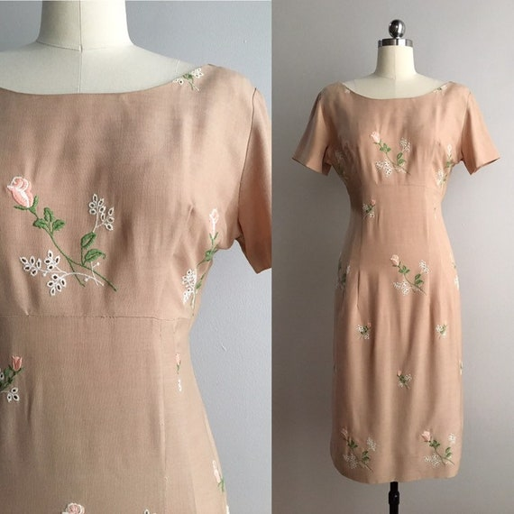 Vintage 1950s - women's short sleeve beige tan cotton fitted wiggle spring dress - pink roses embroidery - Medium - 36 38 bust 28 waist