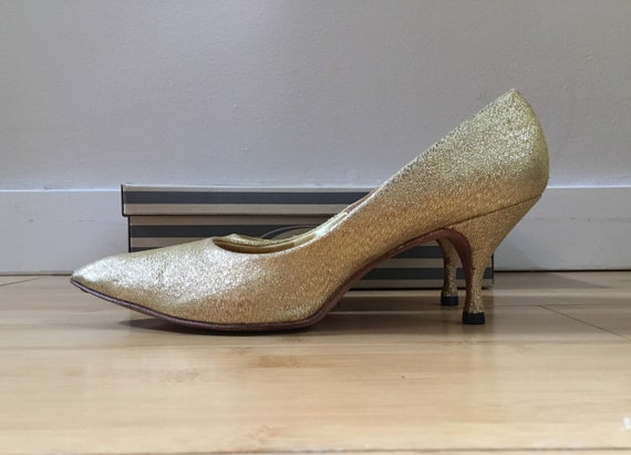Vintage 1960s - women's pin up rockabilly sparkly gold lurex lame pointy toe heels / pumps - size 8 - in original box