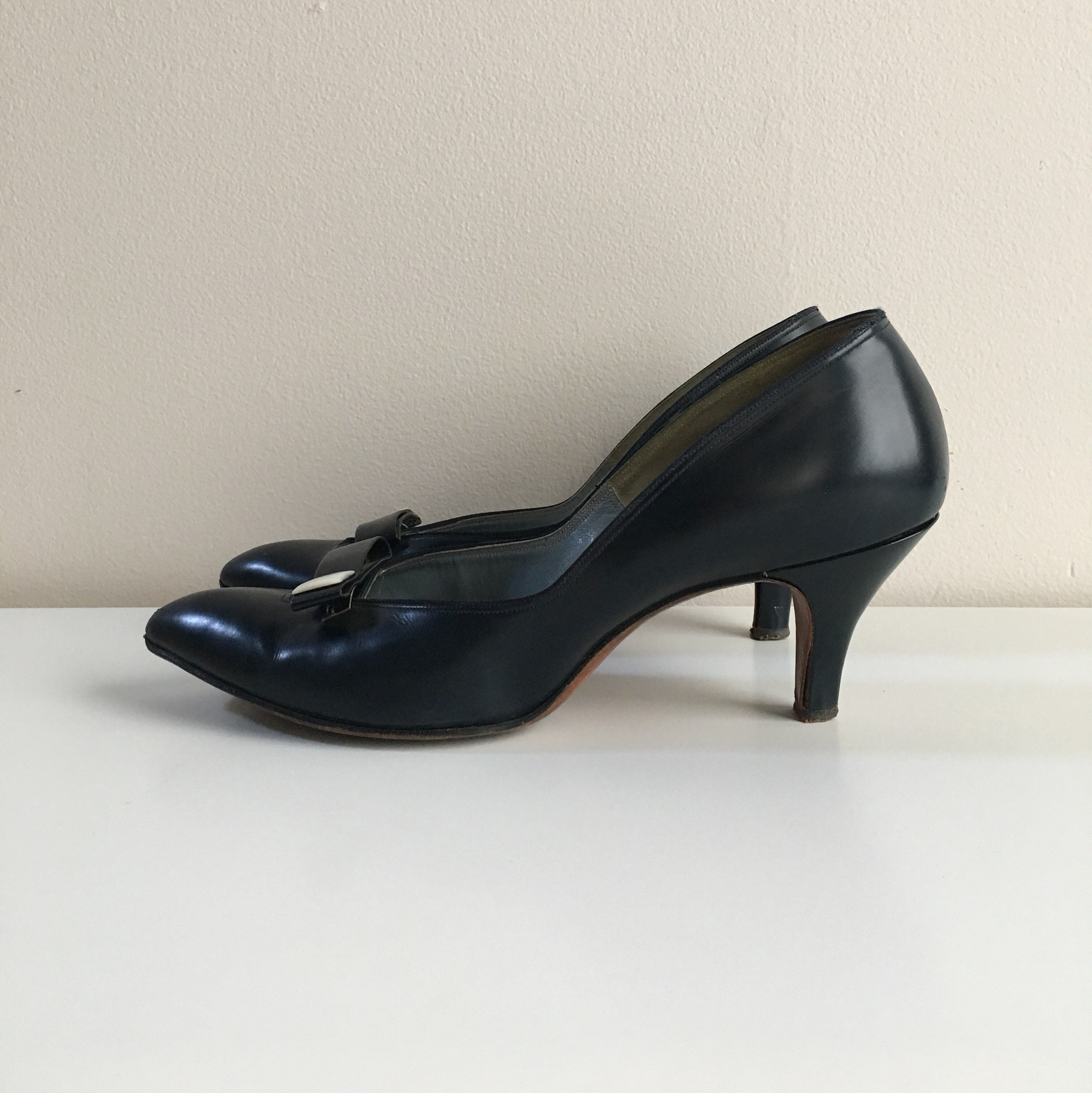 1950s - women's navy blue leather pointy toe heels / pumps