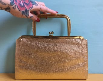 Vintage 1950s - pinup rockabilly gold textured convertible top handle / clutch evening bag - kissing lock closure & gold metal frame