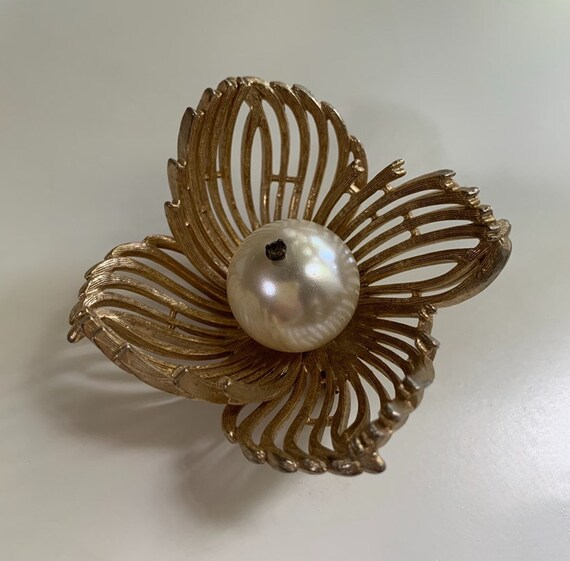 1950s - large gold tone metal flower brooch pin with pearl & rhinestone center