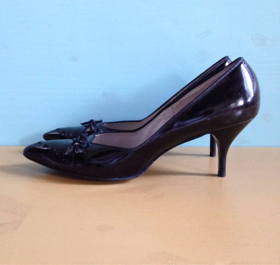 Vintage 1950s - womens black patent leather rockabilly pinup girl pointy toe high heels - bow & cutout detail - size 9