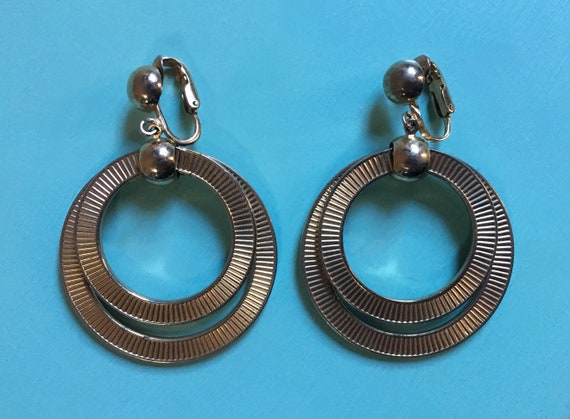 Vintage 1950s - rockabilly pin up bad girl vlv white gold metal hanging tiered double hoops clip on earrings - jewelry / accessories