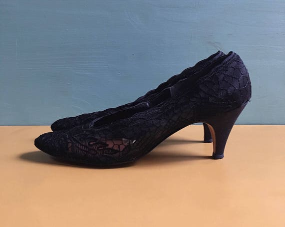Vintage 1960s - women's midcentury Mad Men style black floral lace kitten heels / pumps - size 8.5 AAAA narrow