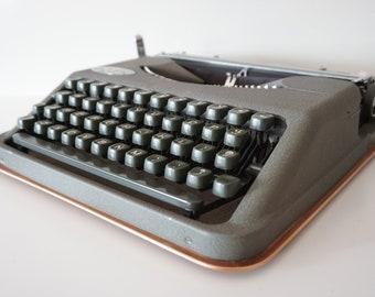 Vintage 1955 Hermes ROCKET (Baby) Grey Portable Typewriter - FLAT - Working - Design - QWERTZ - Original Leather Case !