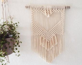 Suspension macramé bois flotté motif coeur