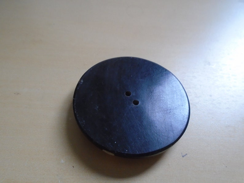 1 stunning large  Bakelite button with inlaid crossed mother of pearl inlay   1900s 1 34  or 44 mm   dia ref 8848