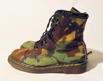 4a3cd51b408 Vintage début des années 1990 Doc Martens Camouflauge Boots UK taille 6 Made  in England   taille 8