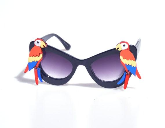 Lunettes de soleil surdimensionnées de perroquet jaune rouge et bleu (fr) Cadre noir, blanc, bleu de lunettes de soleil d'oeil de chat Rétro Tiki