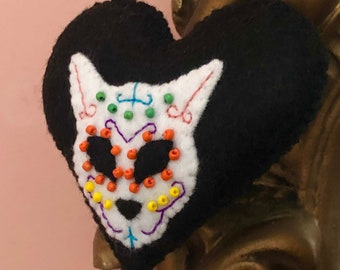 Sugar skull cat handsewn felt hanging heart, calavera Halloween ornament, embroidered spooky goth home decoration, day of the dead decor