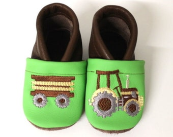 Crawling shoes with tractor