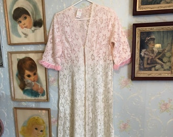 Vintage 1970s Women's Pink White Floral Lace Long Robe! Size M