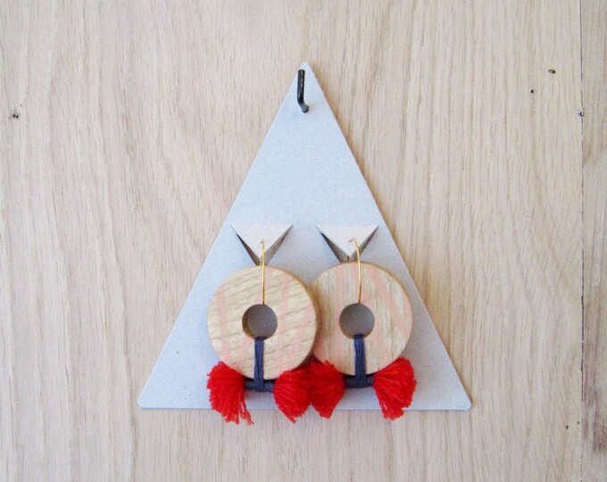 Wooden earrings in round shape and upcycled yarns, with golden brass hoops
