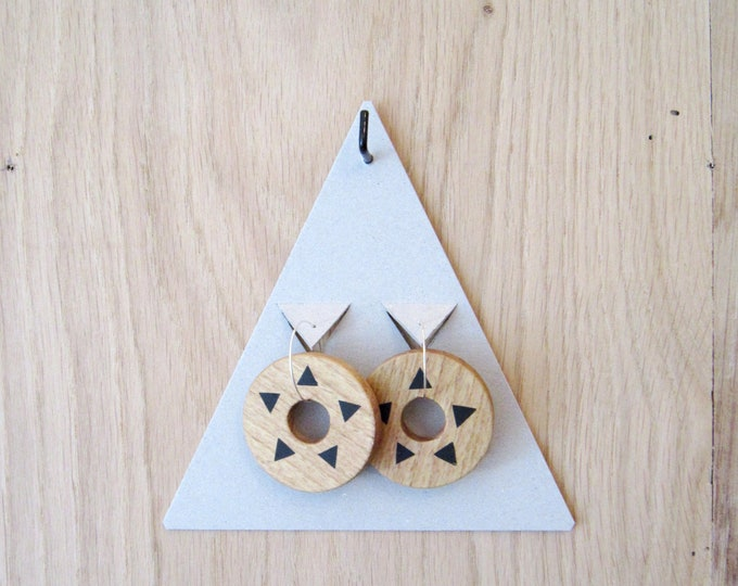 Wooden earrings in round shape, hand painted with black triangles, with silver brass hoops