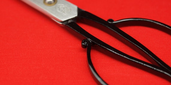 15 cm (5-sun) (5-sun) cm 'tanebasami' scissors. Polished carbon steel. With hand-made 'Orizuru' scissors cover in vivid red. 3389fa