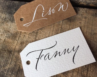 Brand places or gifts labels for Wedding or baptism, in kraft or white paper, calligraphy in hand of the first names of the guests