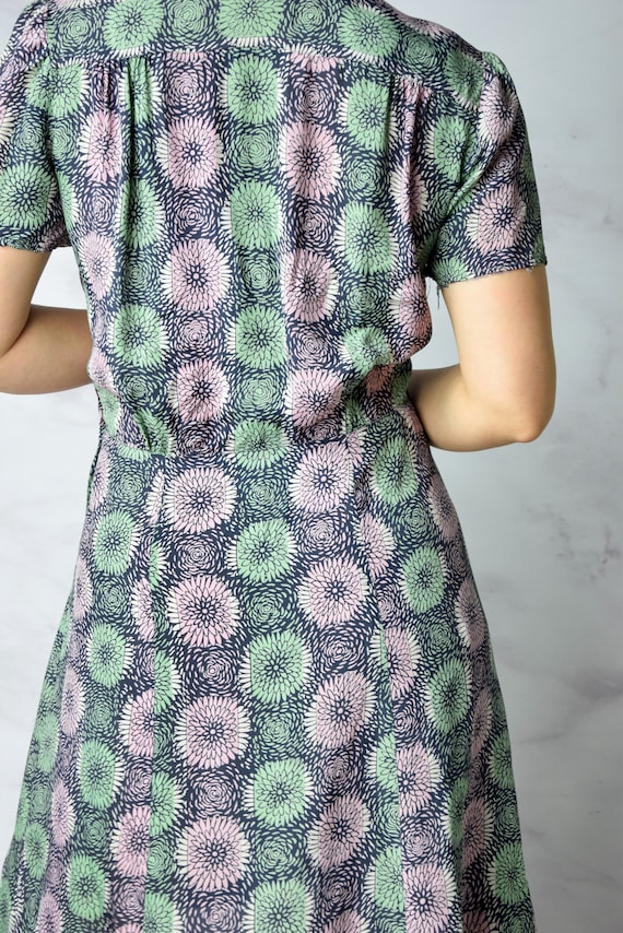 1940s Chrysanthemum Print Cold Rayon Day Dress 31… - image 2