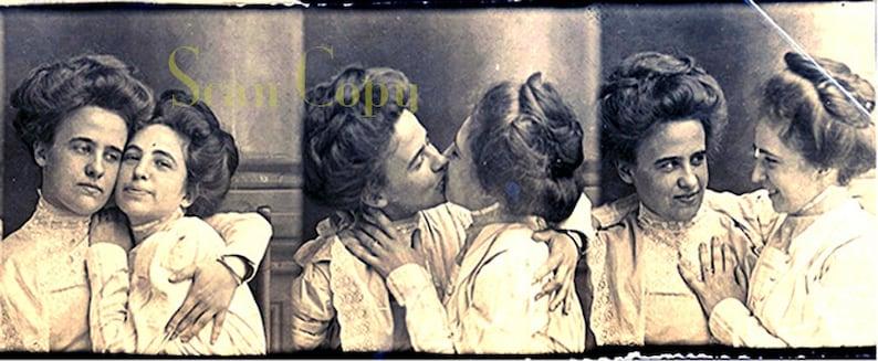 Lesbische kus Fotos