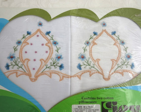 2 vintage embroidered pillowcases, stylized floral pattern, vintage dead stock, 48 x 73 cm / 19 x 29 inches
