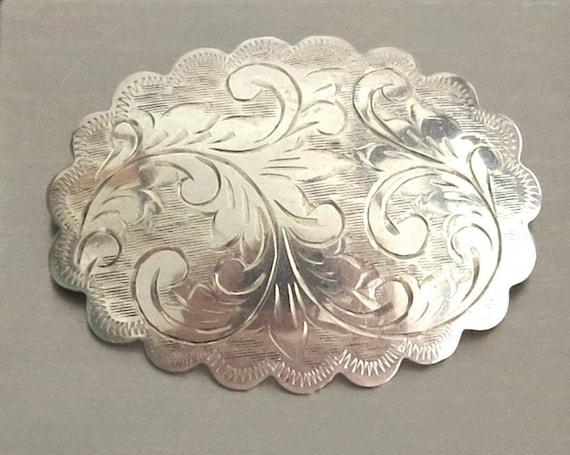 Sterling silver brooch, diamond cut engraving in stylized foliate pattern, scalloped edge, Victorian style, 9 grams, 5 cm wide