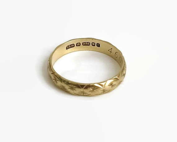Vintage 9 carat gold wedding band with pattern of stars and scallops, made in London, 1979, size O.5 / 7.5