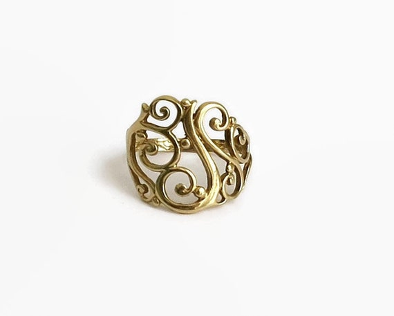 9 carat gold open filigree ring with swirls and scrolls, size O / 7.25, 3 grams