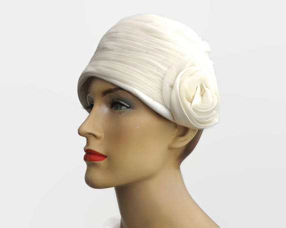 Vintage chiffon cloche cap, ivory colored pleated chiffon with fabric rose on the side, bridal cap, small to medium size, 22 inches / 56 cm