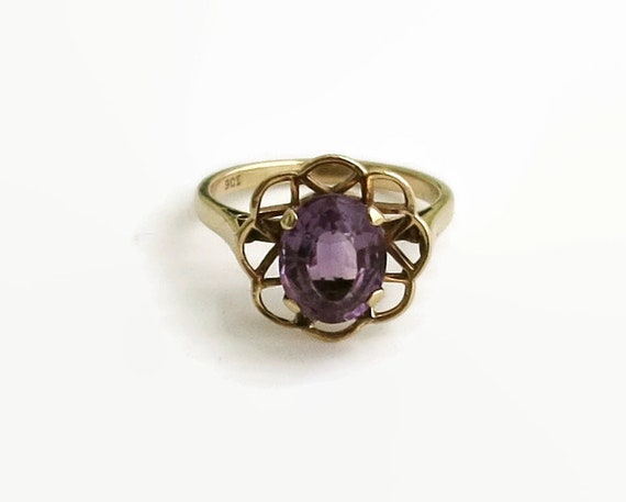 Vintage amethyst flower ring in 9 carat gold setting, large amethyst stone, size Q / 8