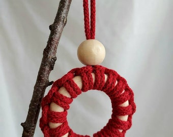 Tree decoration mini wreath with wooden bead - red