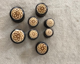 "A PAIR Of Mandala Flower Engraved Wood Plugs Sizes/Gauges(0G-00G-1/2""Inch-9/16"" Inch).Natural Eco Friendly.Rosewood And Crocodile Wood Plugs"