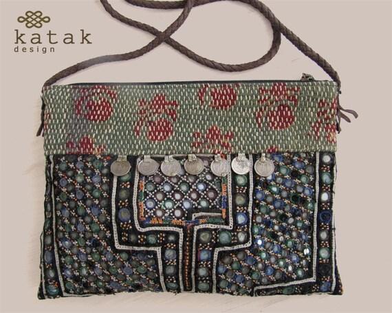 nuovi arrivi 9abc3 32a88 Borsa etnica Banjara. Borsa patchwork artigianale d'epoca di vecchi tessuti  ricamati, monete e piccoli specchi