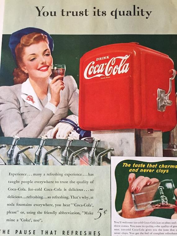 1940 mujer jefe disfrutando de Coca Cola Soda fuente Vintage