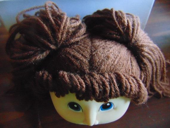Mittel Braun Garn Haar Puppe Mit Kopf Gemalte Blaue Augen Schwein Schwänze