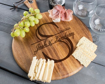 Round Engraved Cheese Board - Personalized Cheese Board Wedding Gift for Couple, Monogram Charcuterie, Family Name Gift, Design: K3