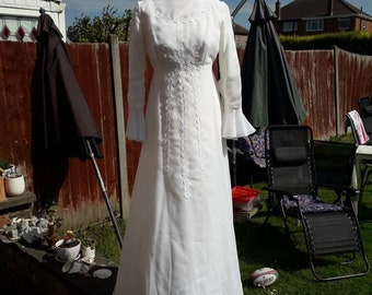 Vintage 70s Wedding dress with Daisy embroidery size 12