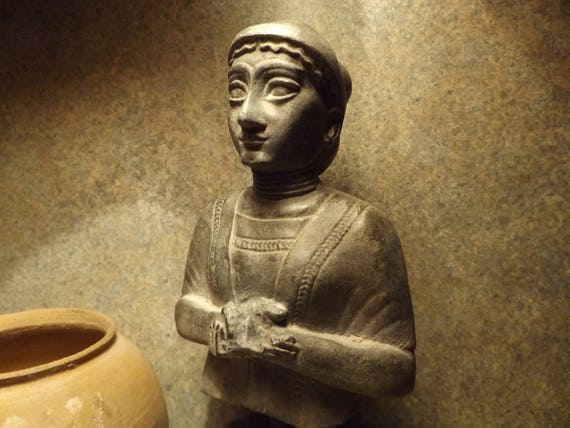 Sumerian art -statue - Wife of Gudea sculpture from Lagash.