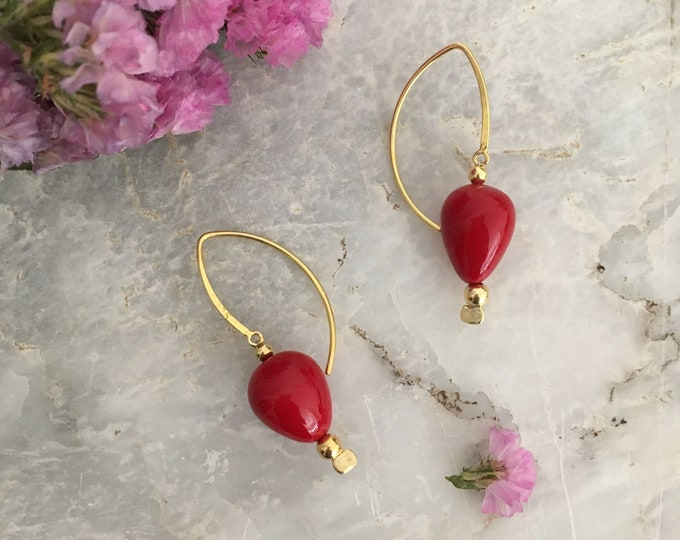 Red teardrop shell pearl earrings